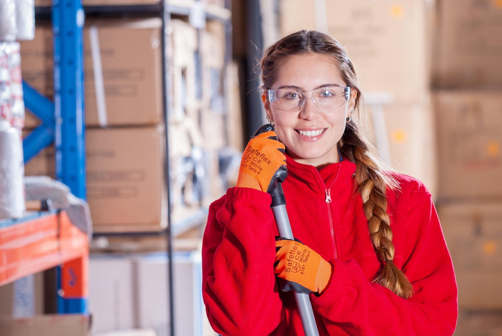 Lächelnde Mitarbeiterin bei der Nicrola GmbH & Co. KG